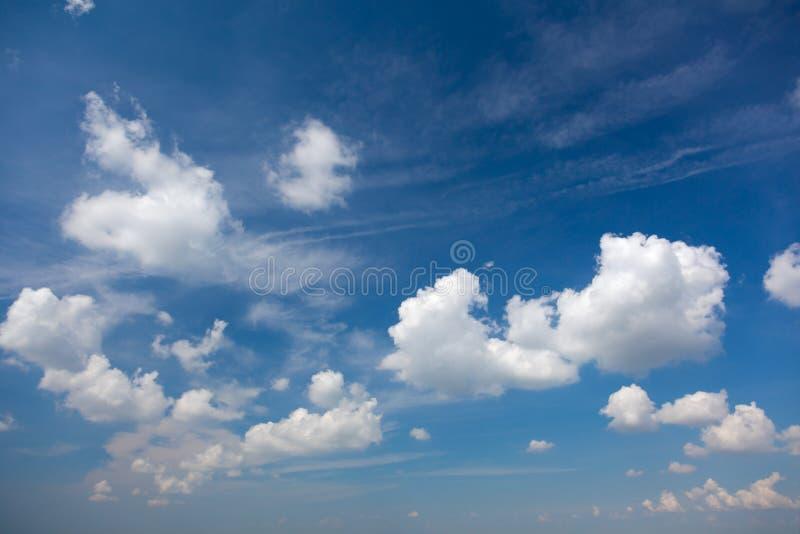 Luz - céu azul do verão com as nuvens brancas bonitas fotos de stock