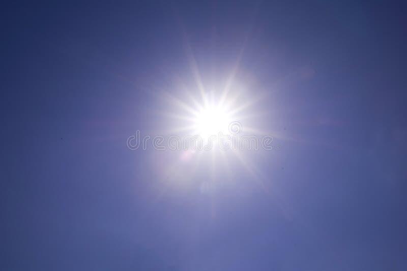 Luz clara do sol do céu azul com o alargamento real da lente fora de foco fotografia de stock royalty free
