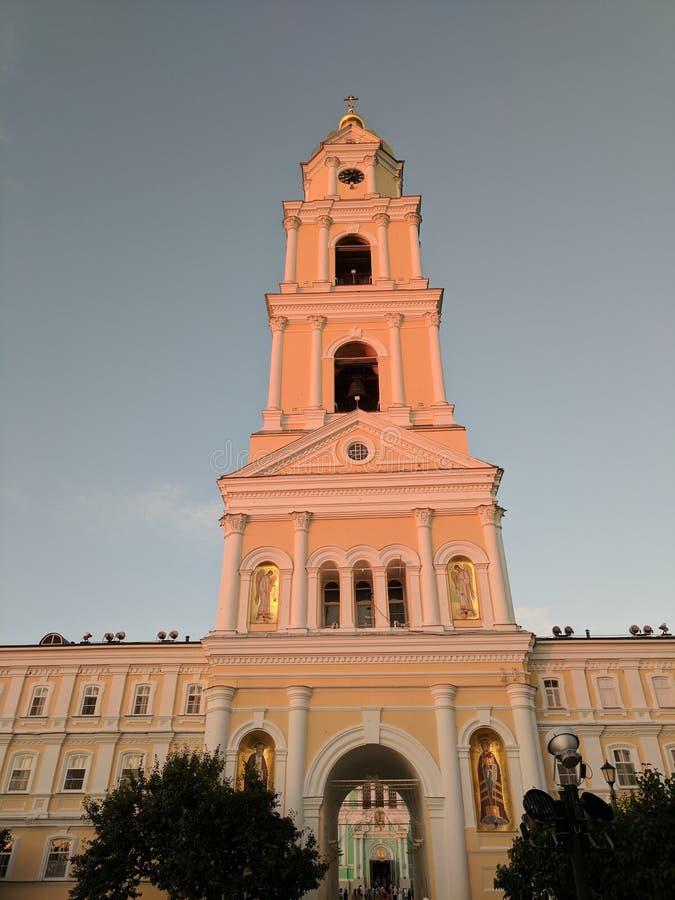 Luz color de rosa suave de la puesta del sol en el campanario en Diveyevo foto de archivo