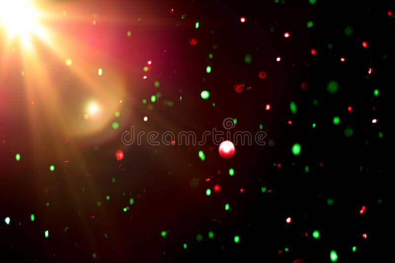 Luz colorida abstrata do bokeh com o alargamento claro no fundo preto imagens de stock
