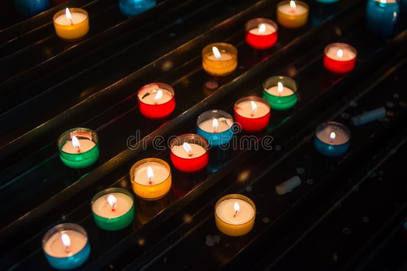 Luz colorida de la vela en iglesia imágenes de archivo libres de regalías