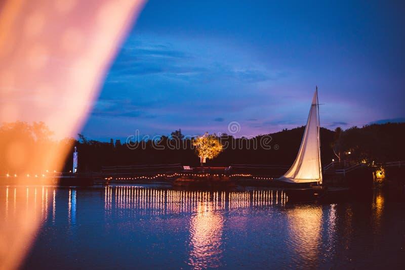 Luz colorida en el puente a través del lago fotos de archivo
