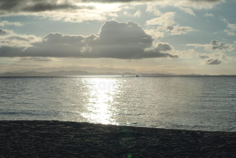 Luz crepuscular del oro que sorprende en el mar y playa en la isla de Munnok, Tailandia foto de archivo libre de regalías