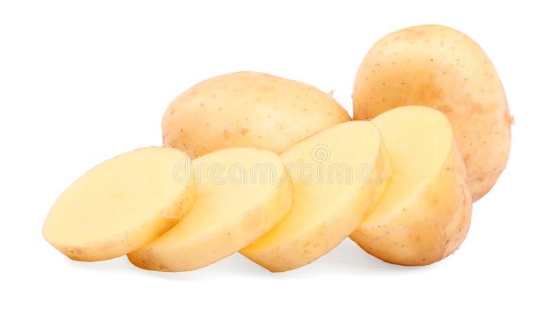 Luz cru - batatas marrons Um close-up descascou as batatas isoladas em um fundo branco Ingredientes orgânicos para refeições case foto de stock