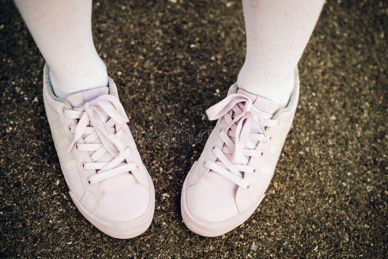 Luz da forma - sapatas roxas do esporte dos laços foto de stock royalty free