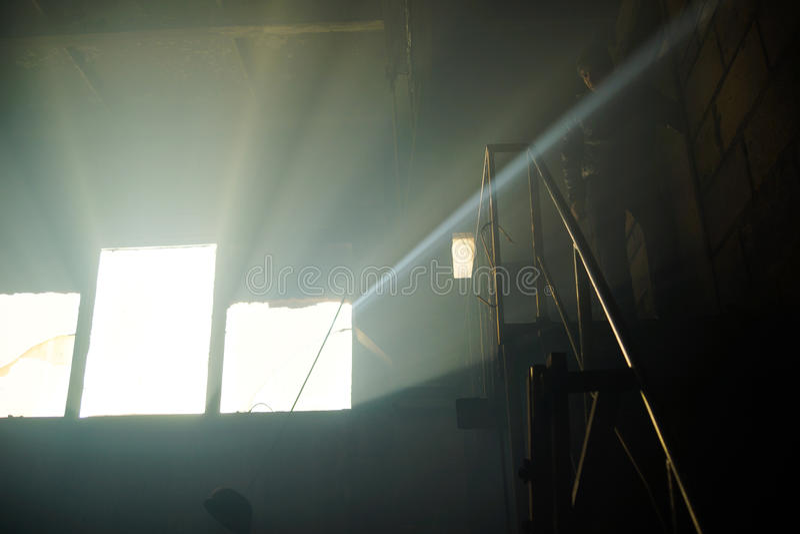 A luz da janela de uma casa abandonada fotografia de stock royalty free