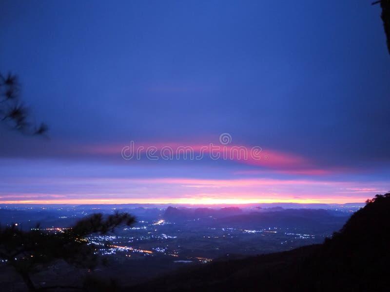 Luz da manhã e céu colorido acima da montanha imagens de stock royalty free