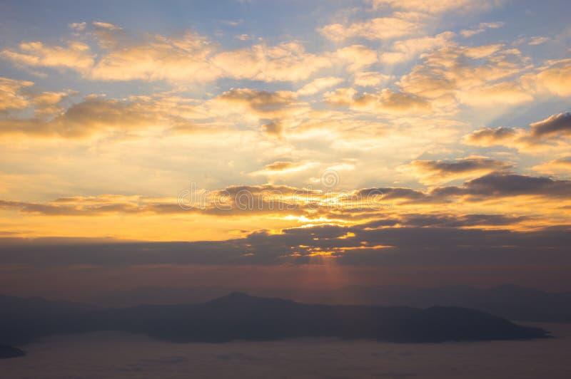 Luz da manhã no nascer do sol e névoa que cobre as montanhas imagem de stock royalty free