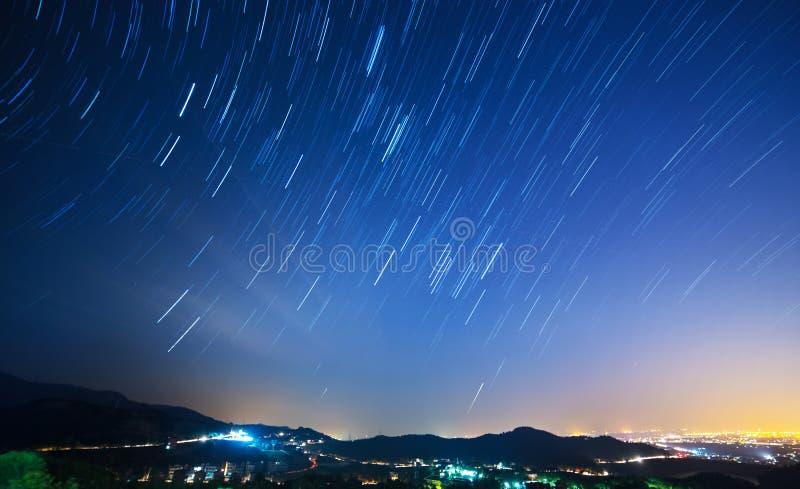 Luz da noite com fugas da estrela fotos de stock