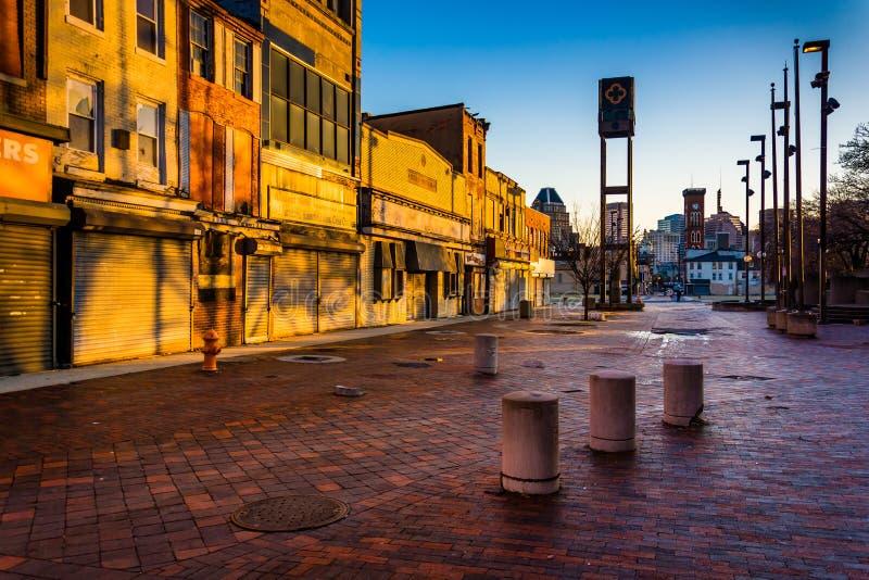 Luz da noite em lojas abandonadas na alameda velha da cidade, em Baltimore, imagens de stock