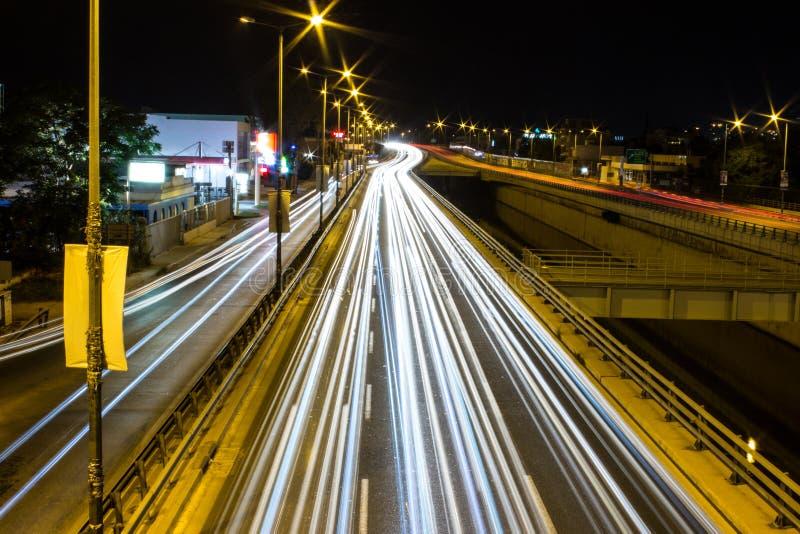 luz da noite da foto da noite da maneira de estrada do carro de Atenas da opinião da cidade da cidade da noite foto de stock royalty free