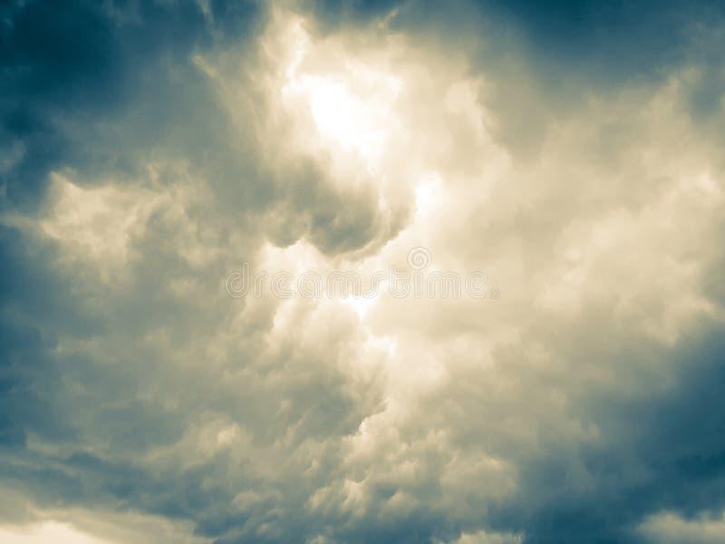 Luz da nuvem trovada cria uma atmosfera gromonal fotografia de stock royalty free
