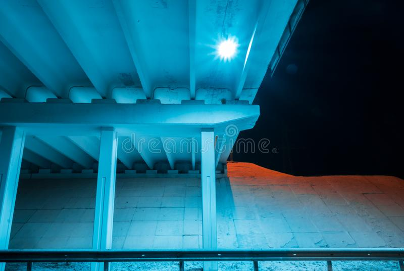 Luz da ponte da construção - arquitetura azul da noite do transporte imagem de stock