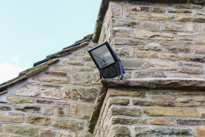 A luz da segurança interna montou no canto de um cotta de pedra rural imagens de stock