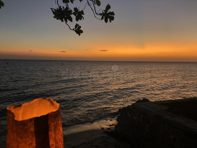 Luz da vela com opinião do por do sol na cidade de pedra Zanzibar foto de stock royalty free
