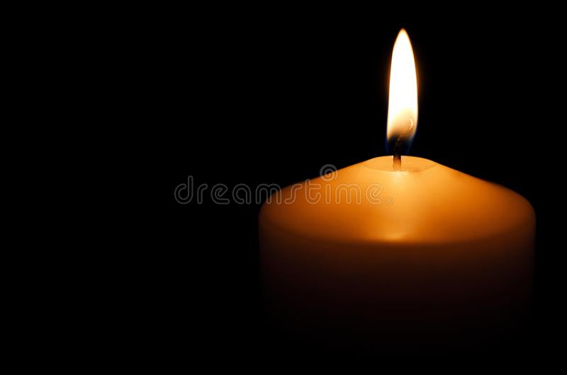Luz da vela Vela do Natal que queima-se na noite imagens de stock