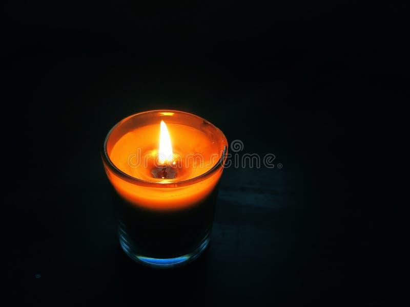 Luz da vela na noite silenciosa fotografia de stock