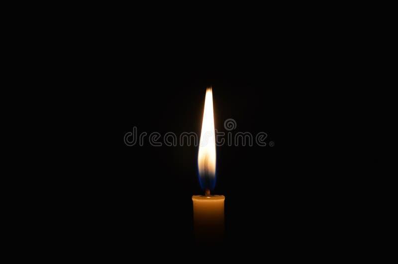 Luz da vela na obscuridade imagens de stock