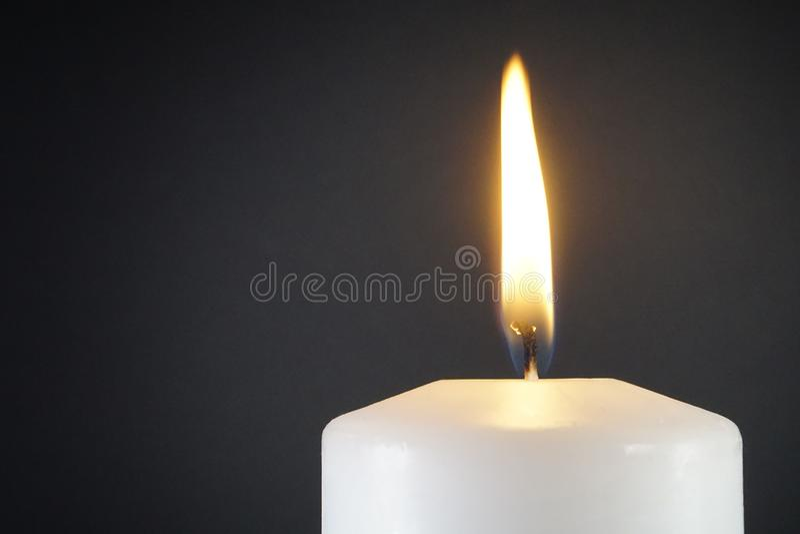 Luz da vela no fundo escuro imagens de stock royalty free