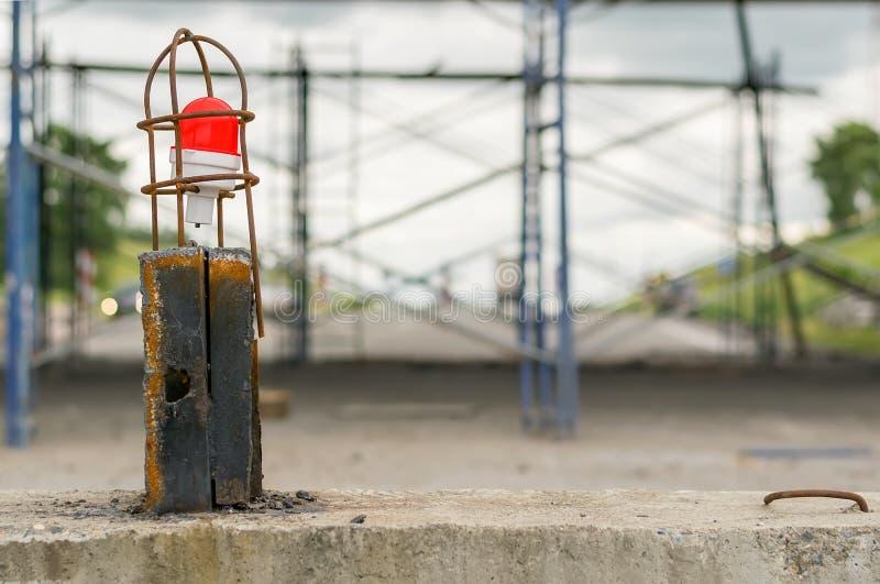 Luz de aviso de advertência do perigo no fundo de reparos da estrada principal fotografia de stock royalty free