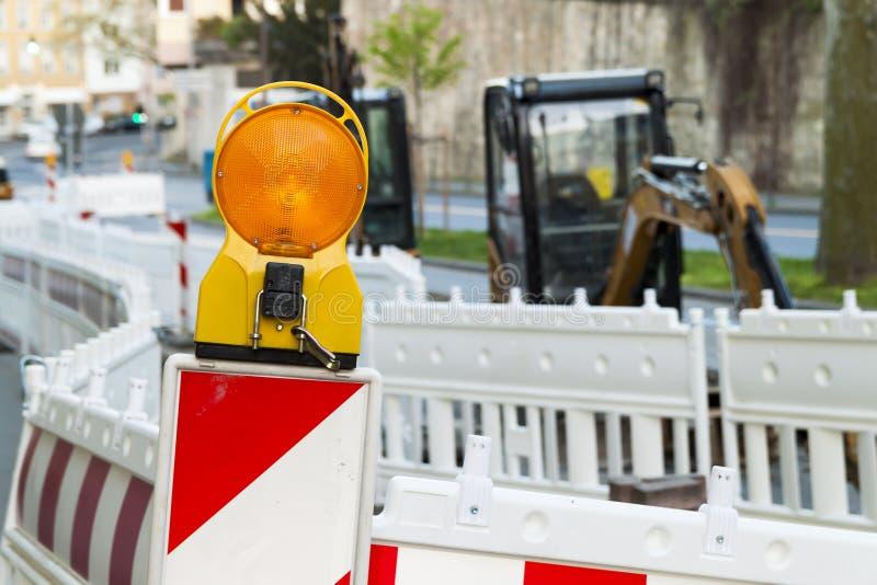 Luz de barrera anaranjada de la calle de la construcción en la barricada Contra del camino fotografía de archivo