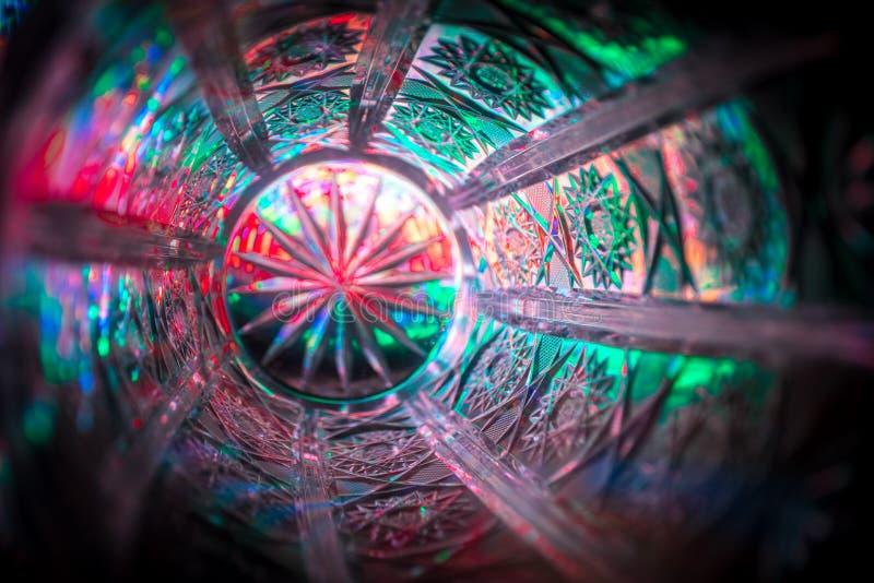 Luz de brilho abstrata com o cristal do candelabro na noite escura Luz luxuosa da estrela na obscuridade para o conceito do nackg fotos de stock royalty free