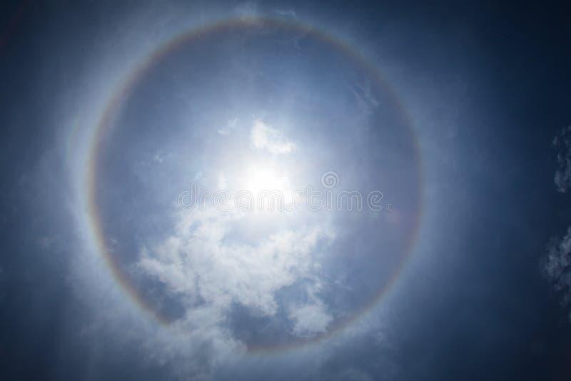 Luz de brilho do efeito do alargamento de Sun no céu fotografia de stock royalty free