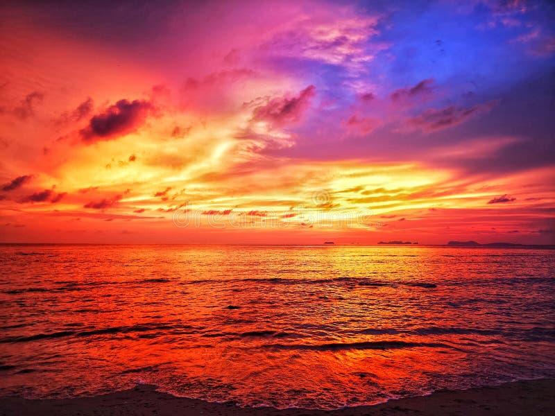 Luz de céu de queimadura que reflete no mar fotografia de stock royalty free