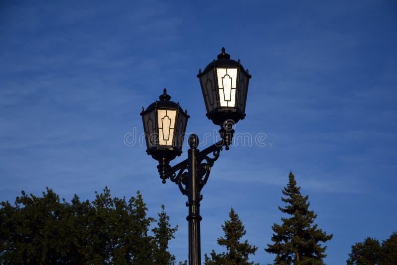 Luz de calle del estilo del vintage Cielo azul con el fondo de las nubes fotos de archivo libres de regalías