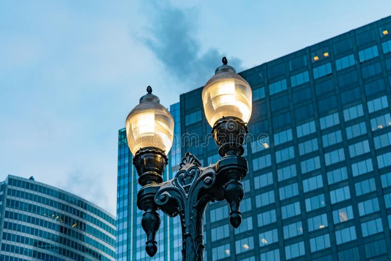 Luz de calle en Chicago céntrica momentos antes de la salida del sol fotos de archivo libres de regalías