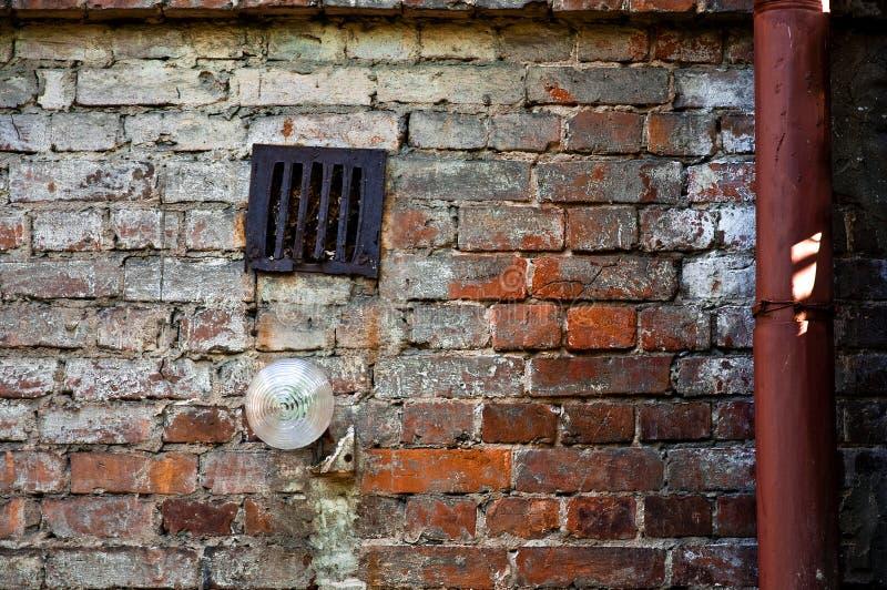 Luz de calle en la pared con el espacio de la copia fotos de archivo