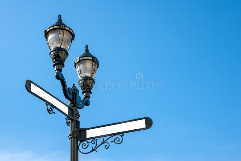 Luz de calle de hierro antiguo con nombres en blanco imagen de archivo