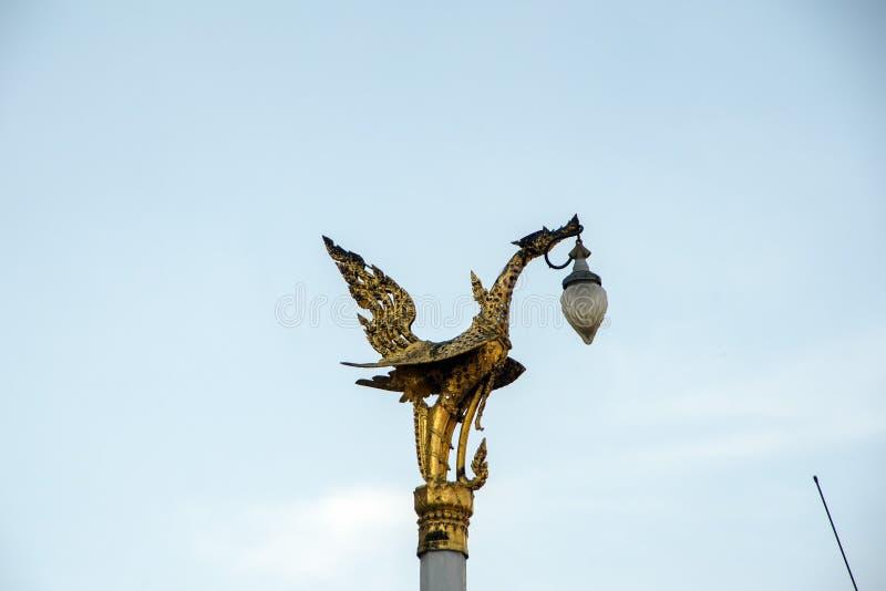 Luz de calle de oro del pájaro, palacio magnífico, Bangkok, Tailandia imagen de archivo