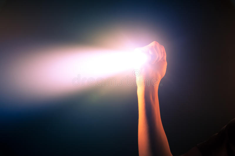 Luz de la antorcha del bolsillo que brilla intensamente imágenes de archivo libres de regalías