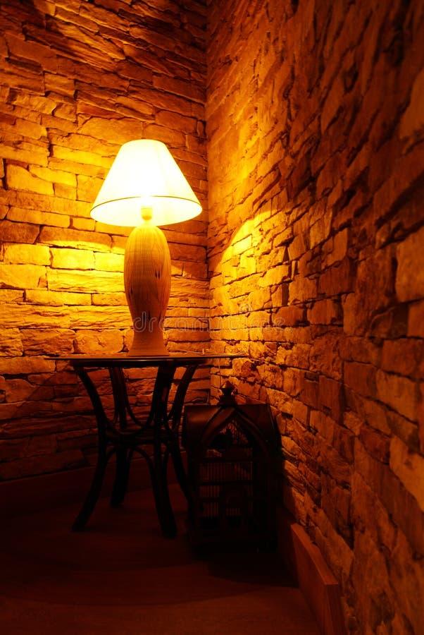 luz de la lámpara en interior íntimo   imagen de archivo libre de regalías