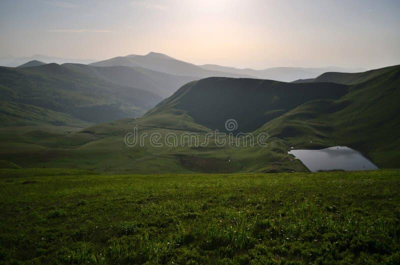 Luz de la Luna Llena cerca del lago montañoso imagen de archivo libre de regalías