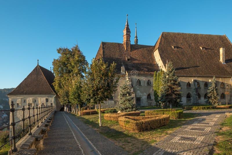 Luz de la madrugada - iglesia del monasterio dominicano, Sighisoara, Rumania imagenes de archivo