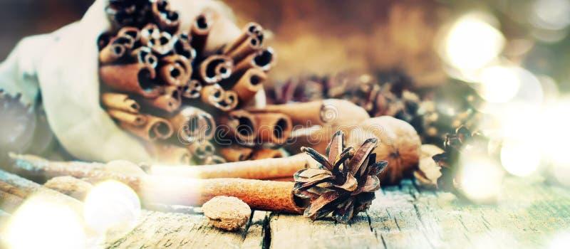 Luz de la Navidad con los regalos naturales, conos del pino, palillos del canela Luminosidad brillante foto de archivo