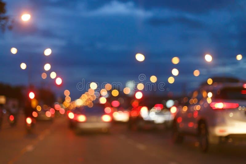 Luz de la noche del coche en la calle de la ciudad, falta de definición abstracta del tráfico foto de archivo libre de regalías