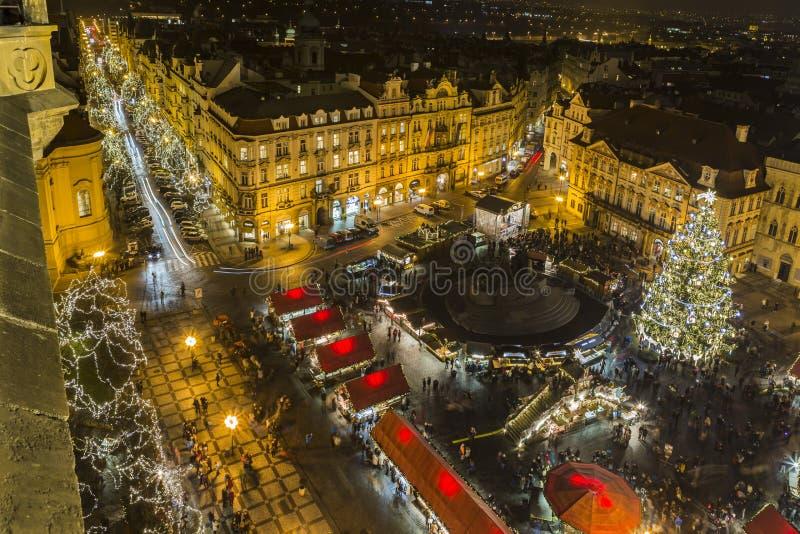 Luz de la noche en Praga Mercados de la Navidad en la vieja plaza de Praga imágenes de archivo libres de regalías