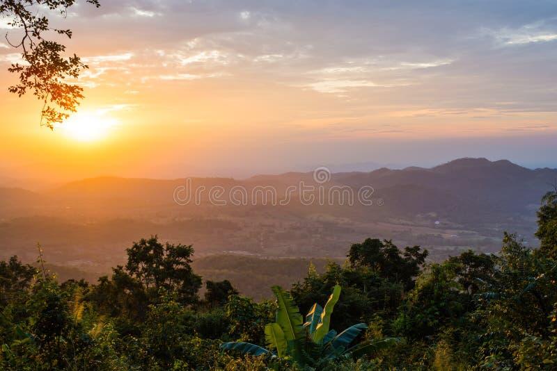 Luz de la puesta del sol con el fondo de las montañas fotografía de archivo