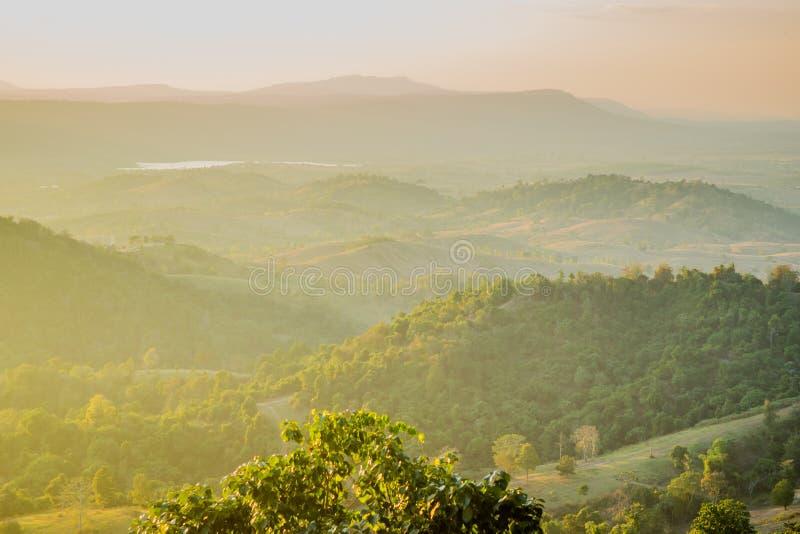 Luz de la puesta del sol con el fondo de las montañas imagen de archivo