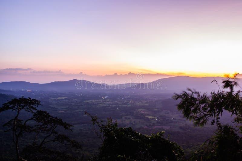 Luz de la puesta del sol con las montañas imagen de archivo libre de regalías