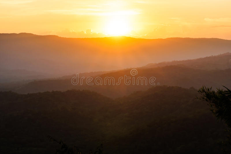 Luz de la puesta del sol con las montañas imagenes de archivo