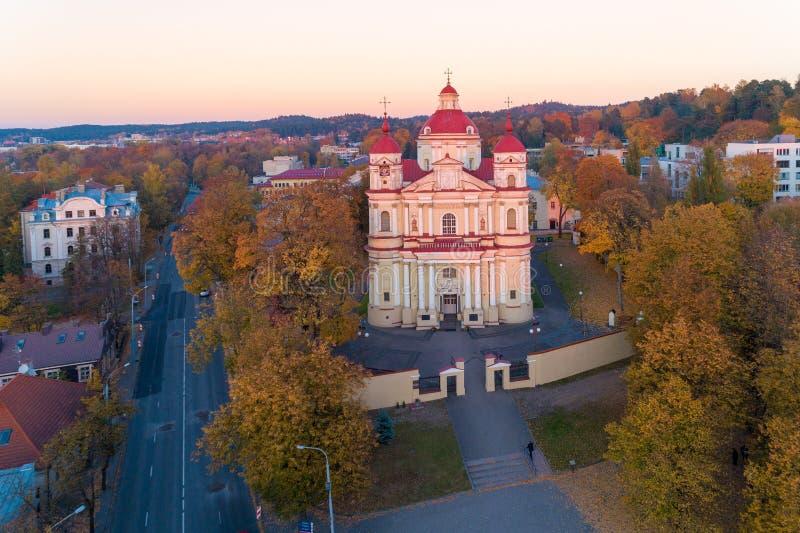 Luz de la puesta del sol e iglesia de San Pedro y de San Pablo, Vilna, Lith foto de archivo libre de regalías