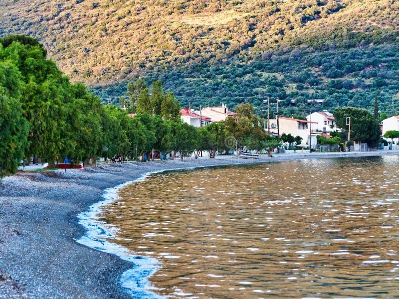 Luz de la puesta del sol en el mar, pueblo pesquero griego imágenes de archivo libres de regalías