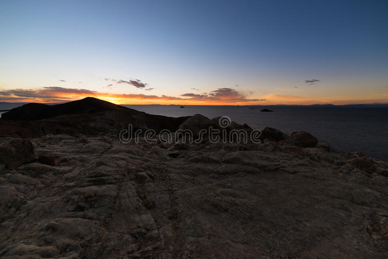 Luz de la puesta del sol en la isla del Sun, lago Titicaca, entre el destino más escénico del viaje de Bolivia Panorama expansivo imagen de archivo