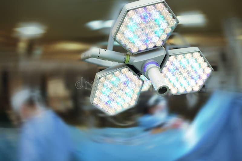 Luz de la sala de operaciones en el fondo borroso imágenes de archivo libres de regalías