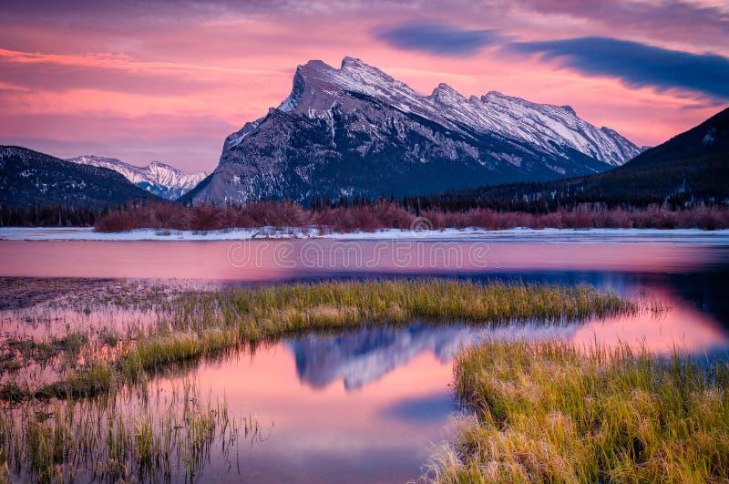 Luz de la tarde en los lagos y el soporte bermellones Rundle, Banff, Canad fotos de archivo