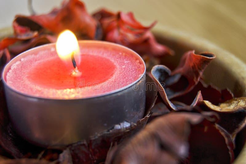Luz de la vela con popurrí balneario y concepto de la decoración de la Navidad fotografía de archivo